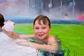 děti baví v venkovní termální bazén
