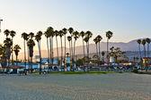Fotografie malerischen strand in santa barbara mit palmen im sonnenuntergang