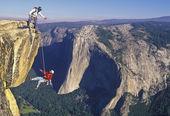Fotografia team di scalatori, raggiungendo il vertice
