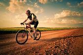 Fotografie muž extrémní cykloturistika