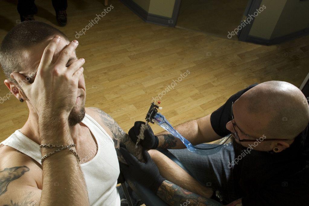 Cliente Duele Hacerse Un Tatuaje Fotos De Stock Atelierknox 5852479