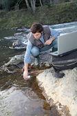 Biologové testování vody přírodní říční