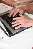 Fotografie Eldelry Person die Hände auf Computer-Schreibtisch