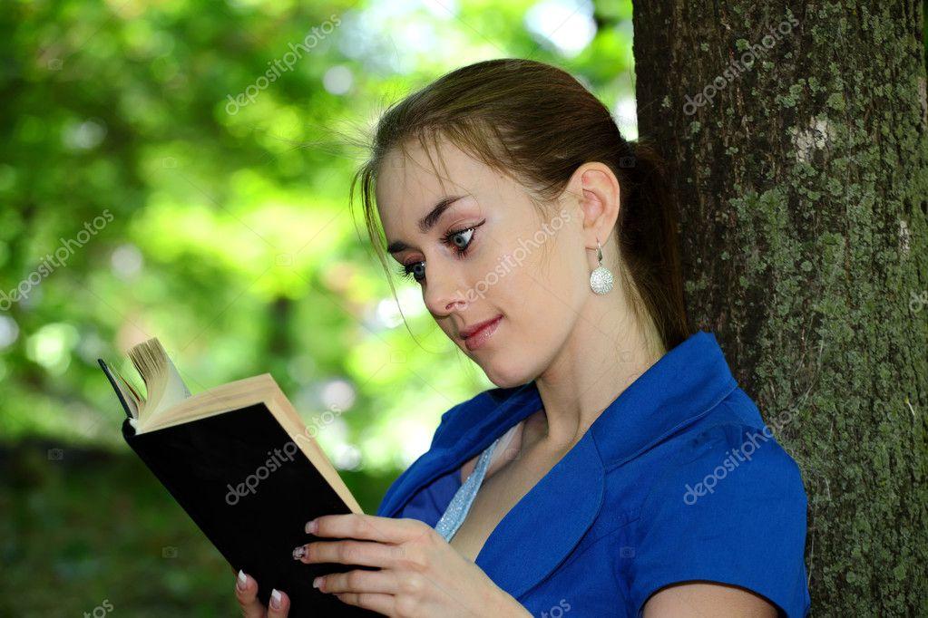 sch nes m dchen teenager liest das buch im park stockfoto slavik65 5871267. Black Bedroom Furniture Sets. Home Design Ideas