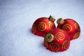 Vánoční koule na sněhu