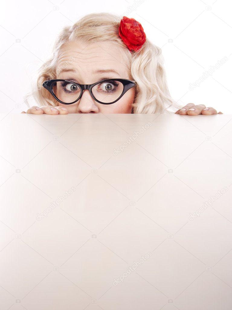 Прикольный рисунок девушка прячется, марта день рождения