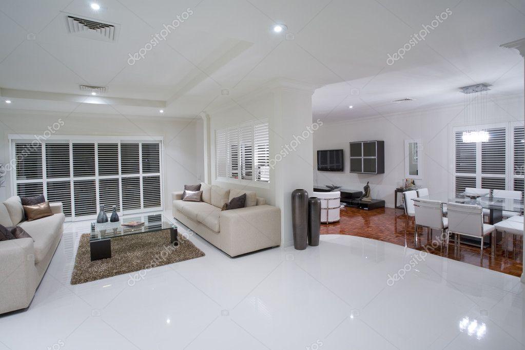 luxe woonkamers met eettafel in de achtergrond — Stockfoto © epstock ...
