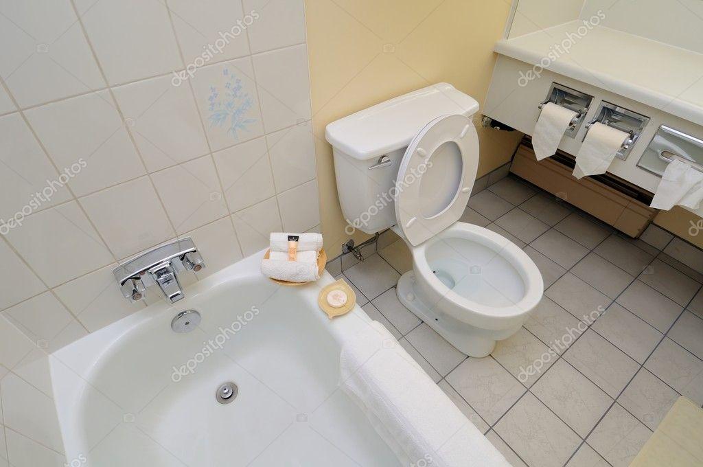 Toilette Da Bagno : Vasca da bagno e toilette u foto stock gnohz