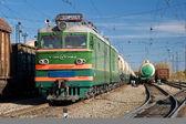 Fotografie Der Zug bewegt sich auf Schienen