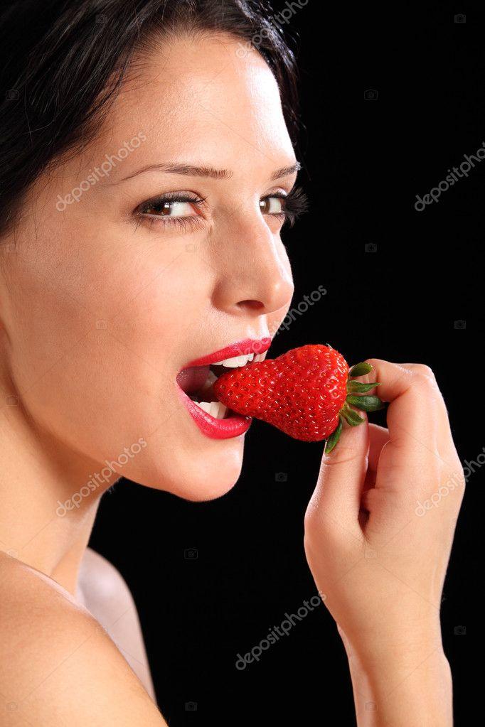 Look Sexy Mujer Comiendo Fruta Fresa Fresca  Foto De -8687