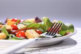 az élelmiszer-egészségügy zöld saláta ebédre a tábla lemez