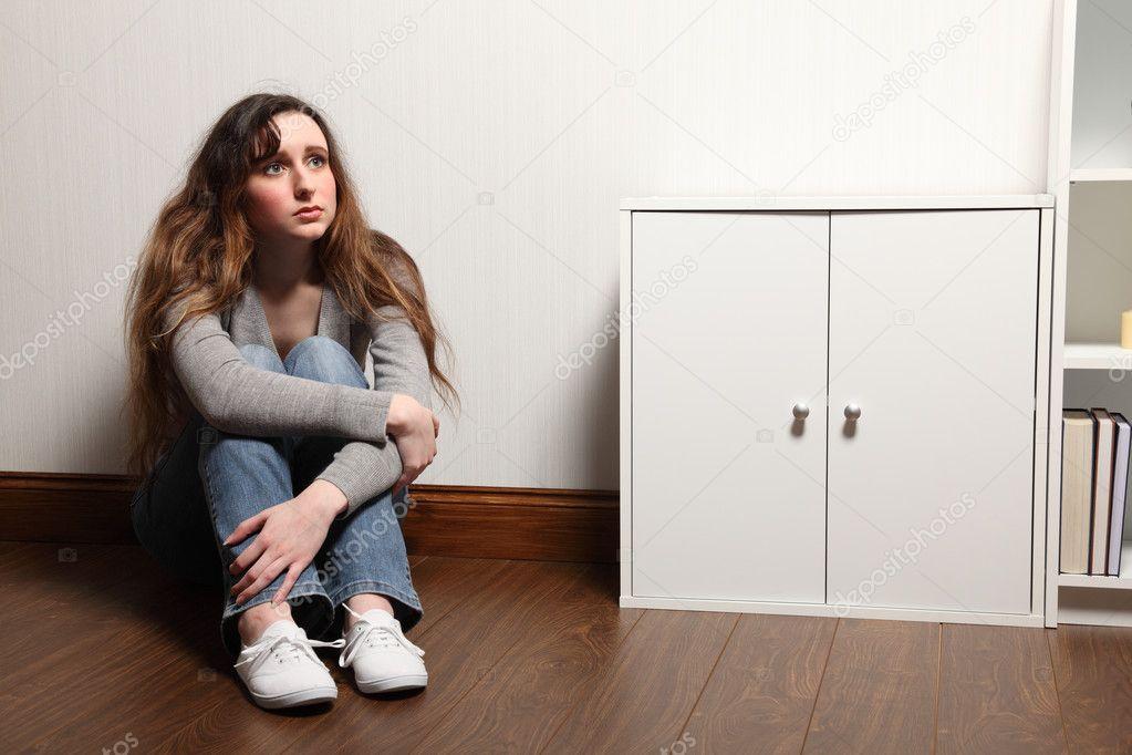ngstlich teenager m dchen sitzt allein zu hause im erdgeschoss stockfoto darrinahenry 6121599. Black Bedroom Furniture Sets. Home Design Ideas