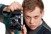 Mladý muž s starožitný fotoaparát