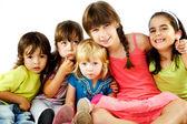 Skupina dětí objímání