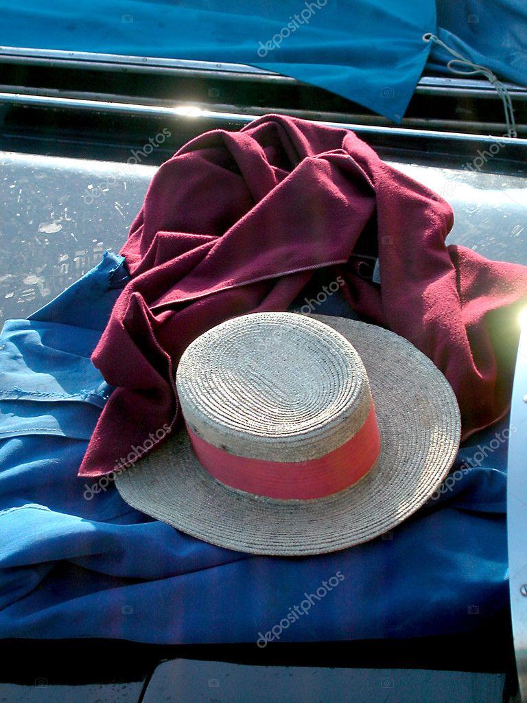 d8517531624ba Bodegón de sombrero típico marinero en un barco góndola en Venecia