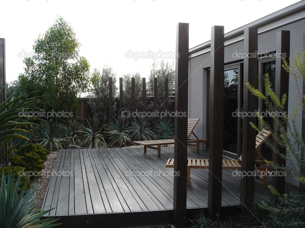 moderne maison cour arri re avec terrasse paysag e photographie scarfe 6209949. Black Bedroom Furniture Sets. Home Design Ideas