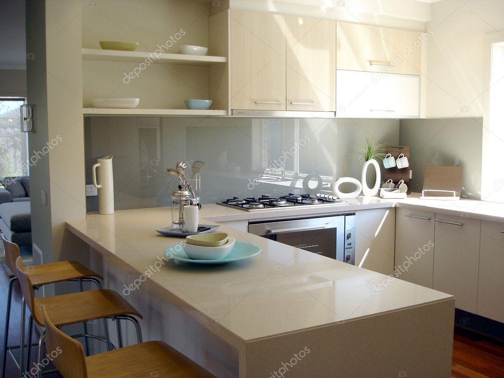 cucina soleggiata con bar per la colazione — Foto Stock © scarfe ...