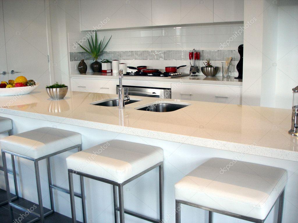 Open Keuken Bar : Ruime witte open keuken met ontbijtbar u stockfoto scarfe