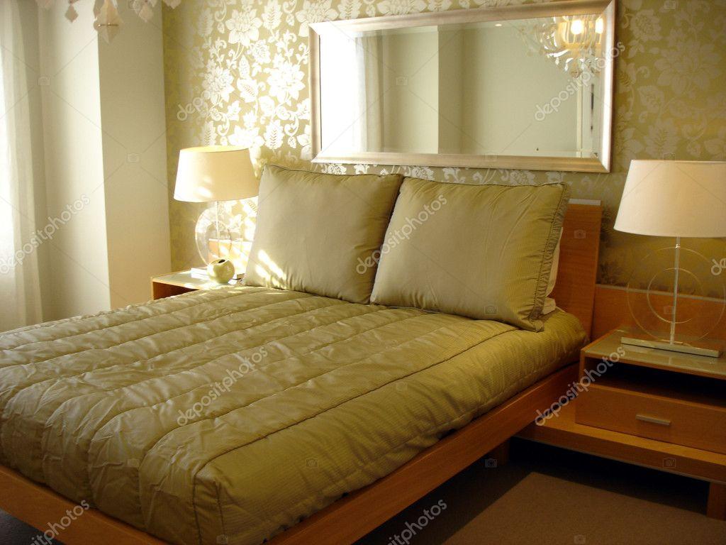 Glamoureuze slaapkamer zachte tinten en functie behang u stockfoto