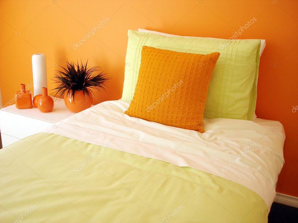 chambre orange avec linge de lit vert clair — Photographie scarfe ...