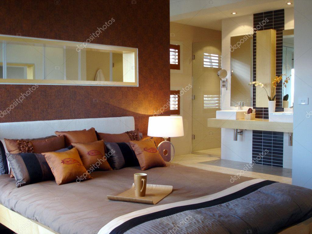 Moderne Schlafzimmer Mit Warmen Farbtönen Und Bad U2014 Stockfoto