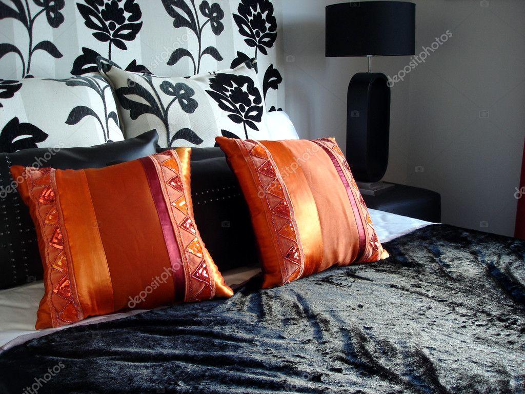 noir luxueux moderne chambre à coucher avec des oreillers rouges ...
