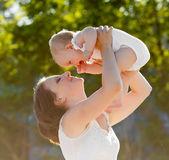 šťastná maminka a dcera s úsměvem