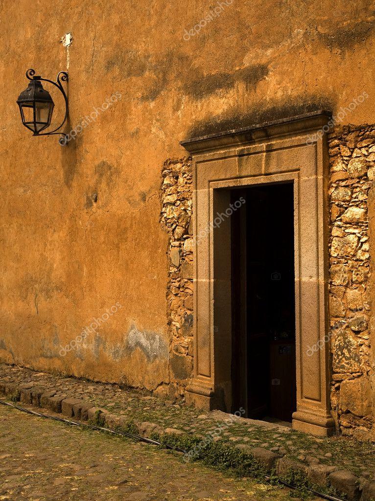 Gelb Braun Adobe Wand Und Tür Plus Laterne Patzcuaro Mexiko U2014 Foto Von  Billperry