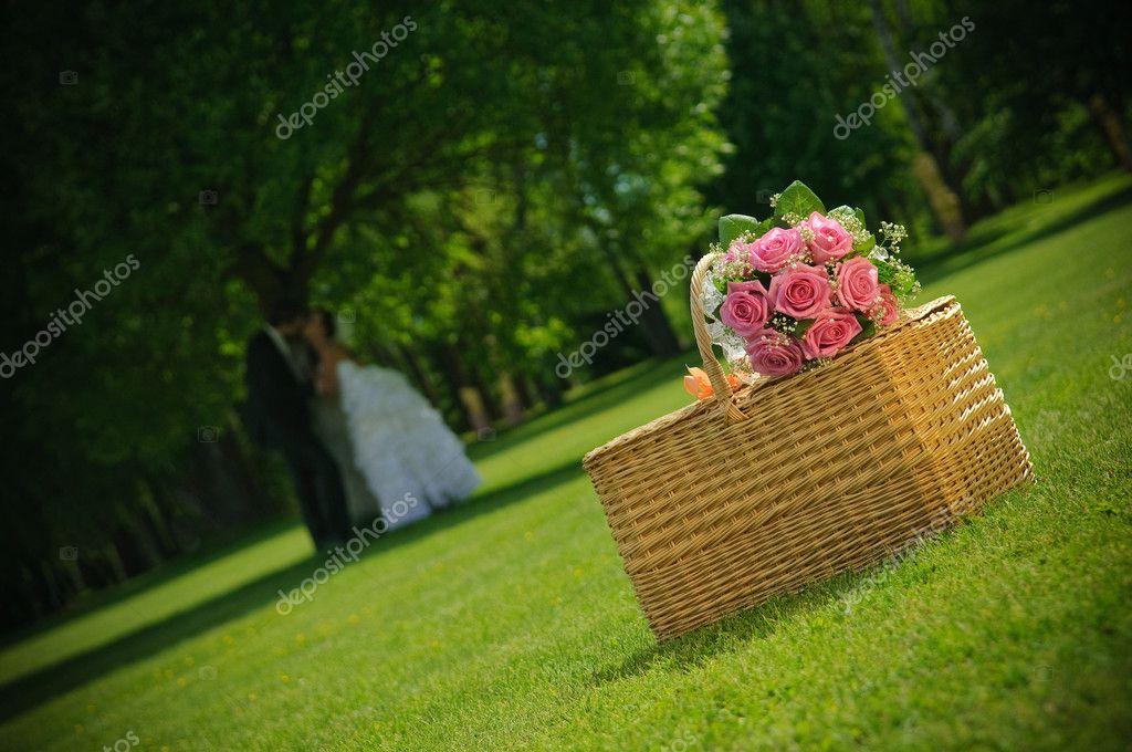 Rose Hochzeitsstrauss Auf Ein Korb Und Frisch Verheirateten Paar In