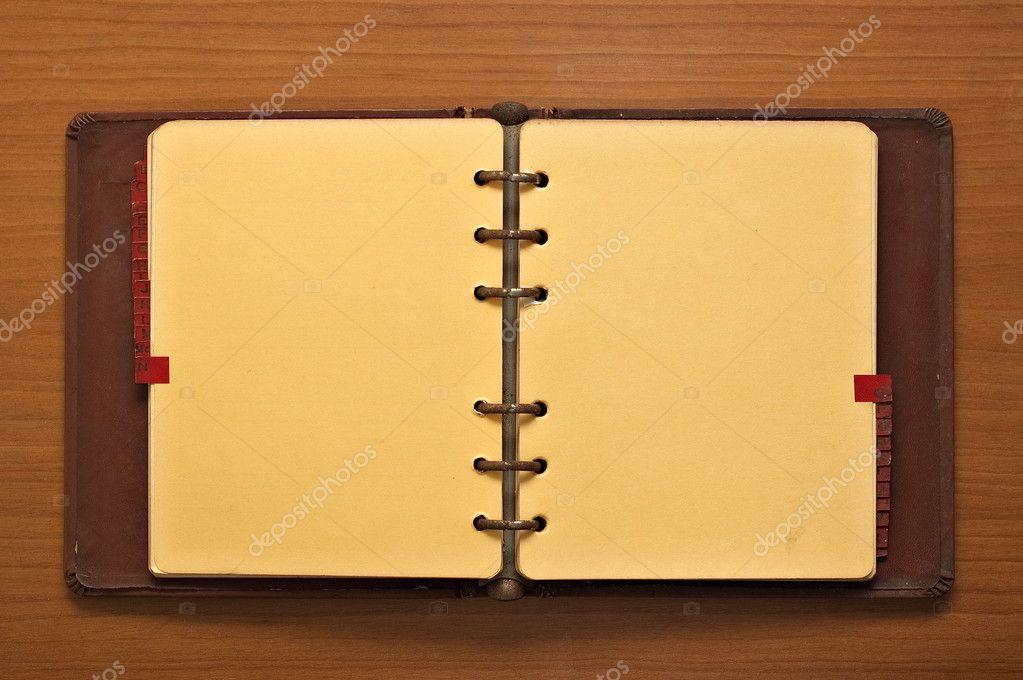 Journal relié en cuir sur un fond de bureau en bois u photographie