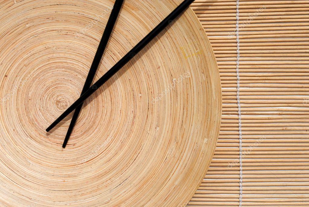 Japanische Essstabchen In Holzernen Runden Tellers Auf Bambus