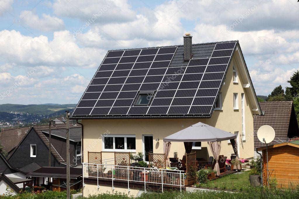 haus mit solarzellen auf dem dach stockfoto philipus 6393265. Black Bedroom Furniture Sets. Home Design Ideas