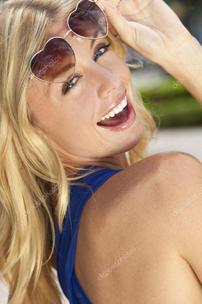 блондинка в очочках прыгает на очень