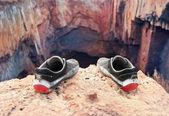 Fotografie Schuhe von dem Selbstmord am Rande des Abgrunds