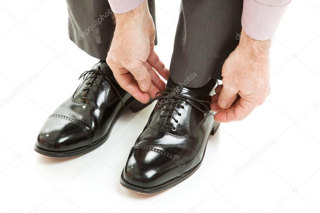 El Hombre Joven Del Inconformista Pone El Bolso En Calzado