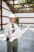 stavební inspektor s plány