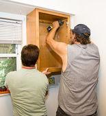 Fotografie instalace skříněk - týmová práce