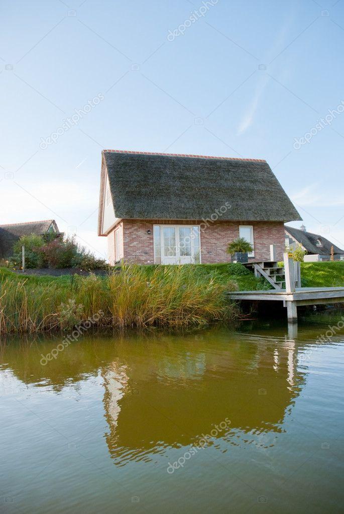 kleines Haus mit See — Stockfoto © KonArt #6451096