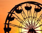 Fotografie Silhouette bei Sonnenuntergang am Jahrmarkt Riesenrad
