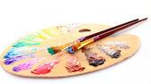 Paleta dřevěná umění kapky barvy a štětec na bílé zadní
