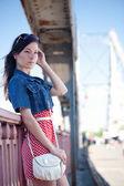 Krásy dívka na mostě