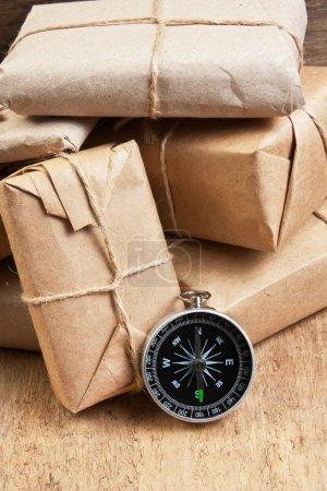 Photo pour Pile paquet enveloppé avec du papier kraft brun et attaché avec de la ficelle - image libre de droit