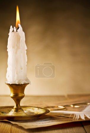 Photo pour Chandelier vintage en laiton avec bougie ardente sur la table - image libre de droit
