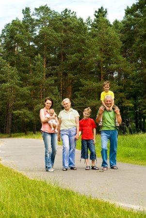 Photo pour Portrait d'une famille heureuse sur la nature - image libre de droit