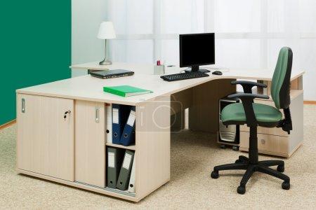 Photo pour Ordinateur portable et ordinateur sur un bureau dans un bureau moderne - image libre de droit