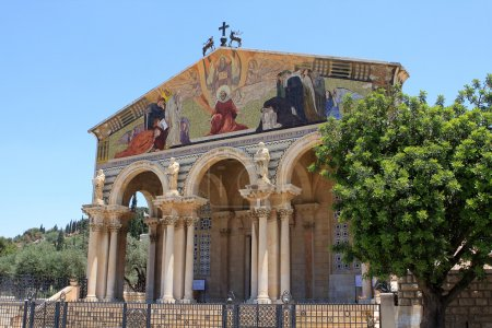 Photo pour L'église de toutes les nations ou la Basilique de l'agonie, est une église catholique près du jardin de Gethsémani au Mont des oliviers à Jérusalem, Israël - image libre de droit
