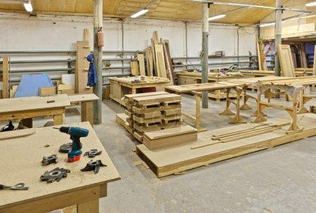 Photo pour La photographie montre une usine pour la fabrication de meubles en bois - image libre de droit