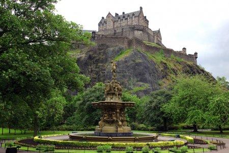 Photo pour Château d'Édimbourg, en Écosse, des jardins de princes street, avec la fontaine de ross, gb - image libre de droit