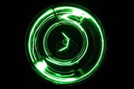 Foto de Brillante bombilla verde abstracto sobre un fondo negro. - Imagen libre de derechos