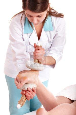 Photo pour Thaï massage de compression d'herbe de la jambe. Spa de beauté . - image libre de droit